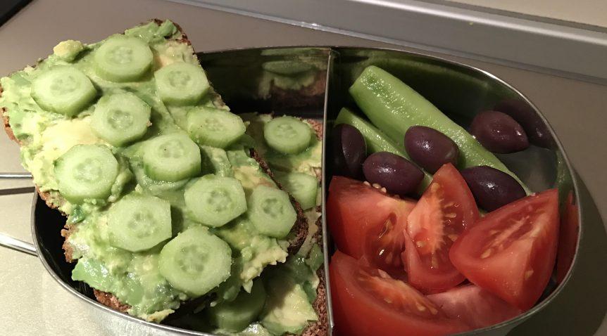 Сандвич с авокадо и краставици
